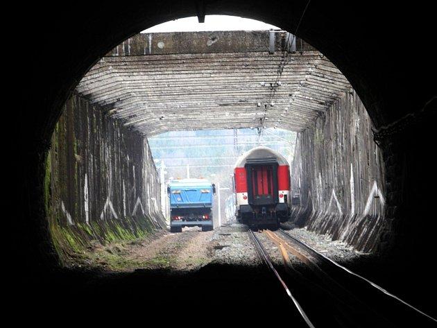 stavbaři vymění konstrukční vrstvy kolejiště i samotnou kolej číslo 1 a vybudují nové odvodnění trati.