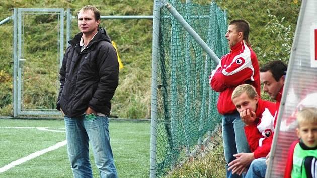 Trenér Vítězslav Tůma (zcela vlevo) na lavičce Valašského Meziříčí skončil