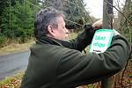 Jednatel společnosti Městské lesy a zeleň Valašské Meziříčí Marek Netolička rozmisťuje tabulky upozorňující na zákaz vstupu do mladých porostů. Zákaz vstupu do jehličnatých porostů mladších patnácti let platí v lesích patřících Valašskému Meziříčí od 1. d