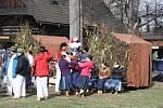 Přestože lidé ve skanzenu o víkendu mrzli, tradiční oslavu Velikonoc si ujít nenechali.