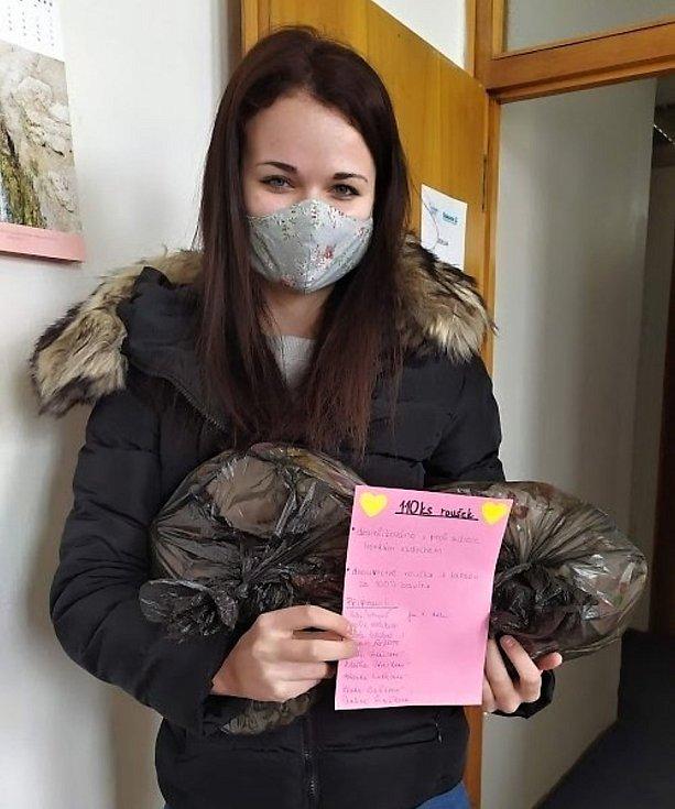Ochranné roušky pro Diakonii Vsetín ušily také učitelky z Mateřské školy Kraiczova ve Valašském Meziříčí.