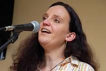 Francouzská šansoniérka Céline Bossu koncertovala v únoru 2009 ve vsetínském Koordinačním a informačním centru