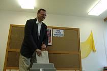 V sobotu ve dvanáct hodin odvolil v Rožnově pod Radhoštěm v Základní škole 5. května premiér Petr Nečas, který má v Rožnově trvalé bydliště.