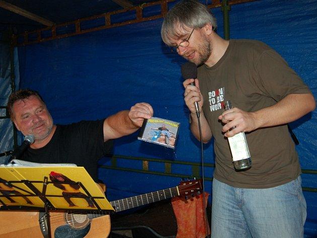 Goša ( vlevo) křtil nové album