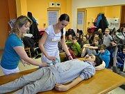 Šikovní osmáci ze Základní školy Vsetín Rokytnice vyrobili rehabilitační pomůcky. Při předání ve Vsetínské nemocnici se podívali, jak se budou využívat v praxi.