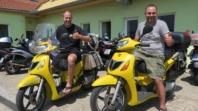 Hynek Přidal (vlevo) a Radek Rebroš se vydali na dalekou cestu do Kazachstánu na skútrech.