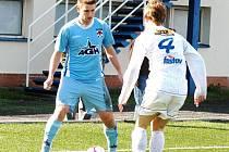 Fotbalový útočník 1. Valašský FC Michal Maléř (modrý dres).