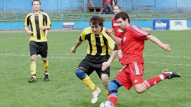 V utkání okresního přeboru Vsetín B (červené dresy) doma prohrál s Novým Hrozenkovem 0:1. Foto: