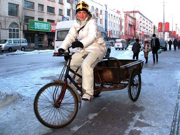 Lucie Hrstková si na univerziádě vyzkoušela i tento tradiční čínský dopravní prostředek.