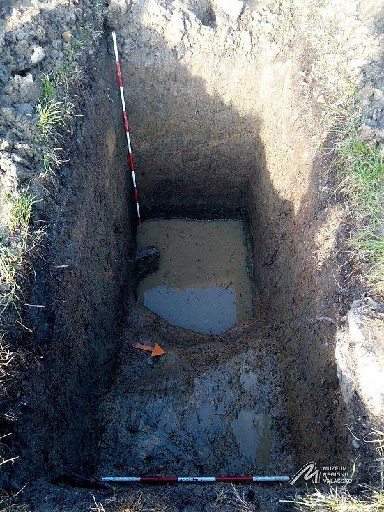 Archeologický průzkum v Kelči - Na dně příkopu je viditelný kruhový okraj pravěkého objektu hruškovitého tvaru (zatopená část sondy).