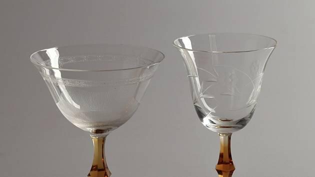 Skleničky z Karolininy huti s nožkou z jantarového skla, 1936.