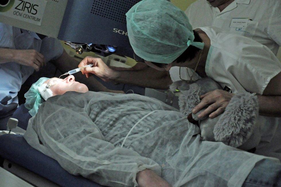 Operace očí ve Valašském očním centru v nemocnici ve Vsetíně, pátek 15. února 2013.