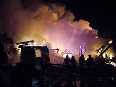 Požárem zasažená autodílna a skladovací prostory v bývalém JZD ve Valašském Meziříčí - Podlesí.