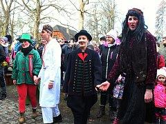Dřevěné městečko v Rožnově pod Radhoštěm ožilo v sobotu 3. února 2018 masopustním veselím. Masopustní obchůzku si připravili mimo jiné také členové Valašského souboru písní a tanců Radhošť. Kromě kulturního programu si stovky návštěvníků užily také občers