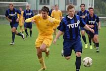 Fotbalisté Velkých Karlovic+Karolinky (žluté dresy) doma remízovali se Slavičínem 0:0.