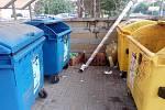 Ve Vsetíně kontejnery na tříděný odpad na mnoha místech přetékají. Lidé odkládají plasty, ale i velkoobjemový odpad kolem popelnic - sídliště Rokytnice.