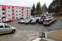 Největším problémem jsou na Sychrově zaparkovaná auta. Projet točnou by měl problém i osmimetrový mikrobus. Auta často nerespektují zákaz stání.