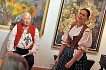 Josefu Lažovi (vlevo) zazpívala v neděli 9. listopadu 2014 v Informačním centru Zvonice na Soláni také Lenka Mrlinová.