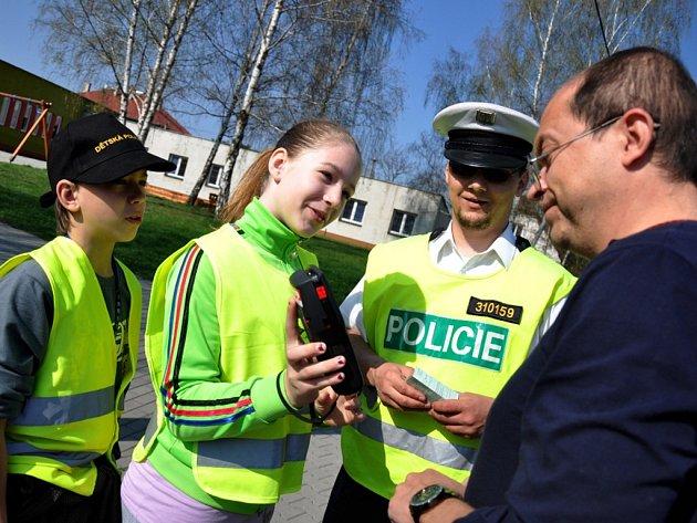 Děti ze Základní školy Žerotínova ve Valašském Meziříčí společně s dopravními policisty kontrolují motoristy.