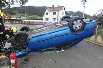 Automobil narazil do sloupu veřejného osvětlení