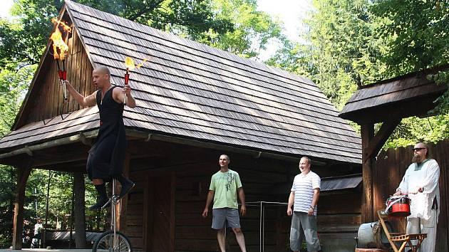 Starodávný jarmark v dřevěném městečku rožnovského Valašského muzea v přírodě