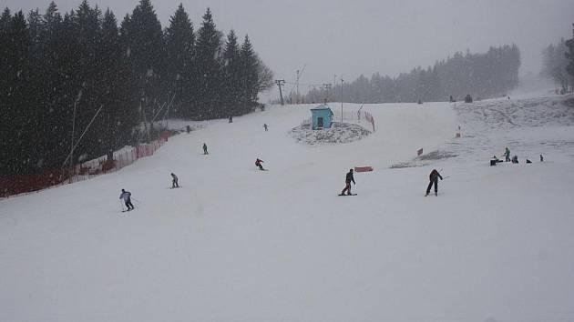 Nový sníh zpříjemnil lyžovačku desítkám návštěvníků vleku v Karolince.