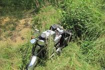 Motorkář těsně minul strom