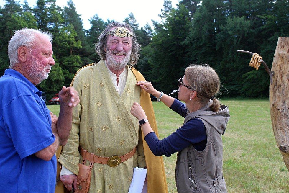Filmaři pokračovali 3. července 2019 na kopci na Podlesím s natáčením pohádky Největší dar. Role boha slunce se zhostil Boleslav Polívka.