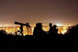 Lidé ve městech neznají úchvatný pohled do hlubin vesmíru. Přesto se mnoho amatérských hvězdářů snaží svými dalekohledy proniknout skrze světelný závoj.