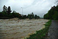Povodňový stav na Rožnovské Bečvě.