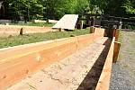 Nově zbudovaná dřevěná koryta náhonu, který přivádí vodu k pile z Velkých Karlovic v Mlýnské dolině ve Valašském muzeu v přírodě v Rožnově pod Radhoštěm; pondělí 18. května 2020