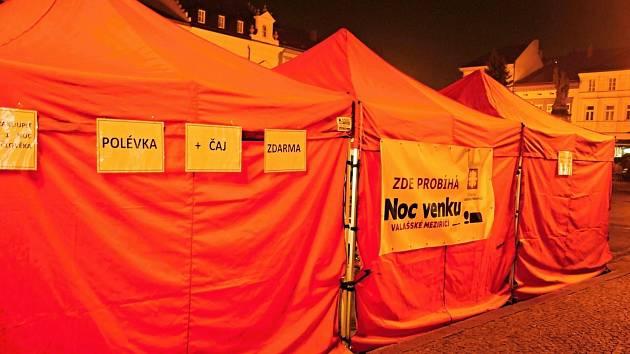 Jedenáct dobrovolníků ve Valašském Meziříčí strávilo noc na pátek 23. listopadu 2018 venku. Na vlastní kůži si vyzkoušeli, jaké je zůstat bez domova.