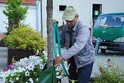 Prvních deset zavlažovacích vaků od čtvrtka slouží také ve Valašském Meziříčí. Na snímku je instalují pracovníci společnosti Městské lesy a zeleň.