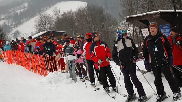 Sněhová nadílka přilákala na svahy řadu lyžařů. Dlouhé fronty si museli milovníci lyžování vystát i u vleku na vsetínské Jasence.