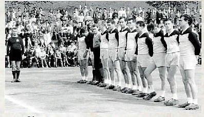 SK ZUBŘÍ.Po roce 1942 vzniklo jednotné družstvo SK Zubří, které se účastnilo turnajů ve vzdálenějších místech. V 60. letech zuberská házená vstoupila do první ligy. Na fotografii házenkářské družstvo Zubří před zápasem v roce 1965, kdy obsadilo 5. místo