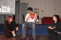 Pracovníci, dobrovolníci a návštěvníci Nízkoprahového zařízení pro děti a mládež Archa ve Vsetíně připravují premiéru divadelního představení Cesty srdce.