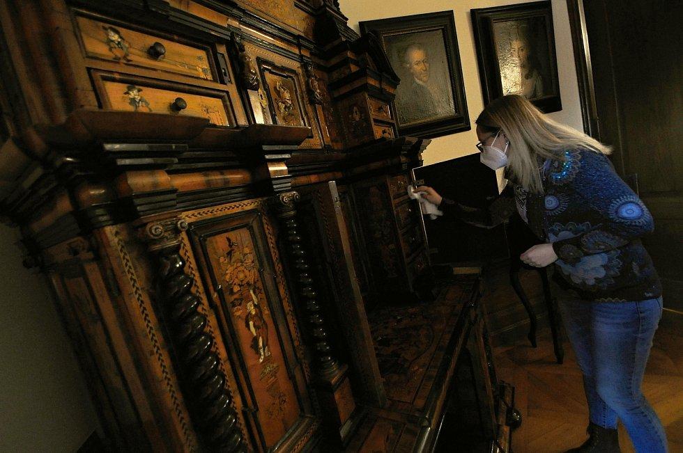K nejcennějším exponátům na Zámku Lešná u Valašského Meziříčí patří sekretář z přelomu 17. a 18. století, který pochází pravděpodobně z Ruska. Je vyrobený ze vzácných materiálů jako je slonovina, želvovina, eben, mahagon či palisandr.