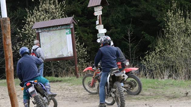 Turisté a provozovatelé horských chat si stěžují na motorkáře na terénních speciálech. Motocyklisté porušují několik zákonů, ohrožují turisty, policie je na ně zatím krátká