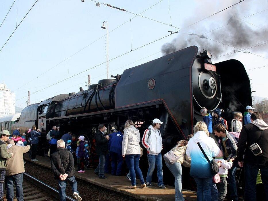 Oslavy 130 let trati z Hranic na Valašsko na vsetínském nádraží