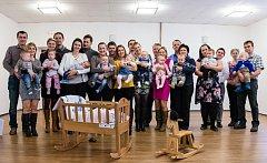 Deset dětí narozených v roce 2015 přivítali v neděli v obřadní síni Obecního úřadu v Lidečku.