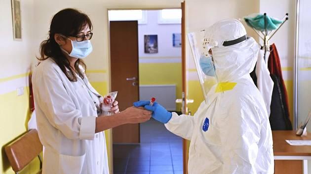 Předávka vzorku odebraného výjezdovým týmem pověřeným především v okrese Vsetín k terénnímu odběru vzorků určených k testování na koronavirus.