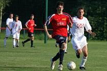 Ve druhém kole divize E remízovali fotbalisté Valašského Meziříčí (bílé dresy) v Bystřici pod Hostýnem 0:0.