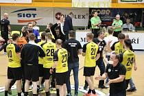 Házenkáři Zubří (ve žlutém) v neděli v úvodním duelu série o umístění na 5.-8. místě doma nečekaně podlehli Frýdku-Místku 33:34.