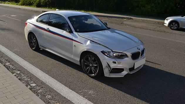 Po srážce způsobil opilý cyklista škodu na BMW ve výši 300 000 korun.
