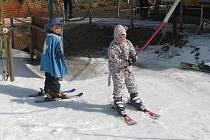 Kostýmovaní lyžaři se v sobotu proháněli po sjezdovce ve Ski areálu Búřov ve Valašské Bystřici.