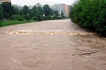 Hladina vsetínské i rožnovské bečvy kvůli neustávajícímu dešti opět stoupá.