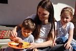 Denisa Cíchová s pětiletou dcerou Dominikou a o dva roky mladším synem Jindříškem ochutnává v sobotu 11. května 2019 jídlo na férové snídani na nádvoří meziříčského zámku Žerotínů.