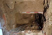 Pohřební jáma s 300 let starými lidskými ostatky objevená při stavebních úpravách kostela Nanebevzetí Panny Marie ve Valašském Meziříčí.