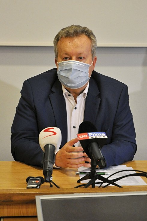 Ministr životního prostředí Richard Brabec na tiskové konferenci svolané kvůli dalšímu úniku neznámé látky do řeky Bečvy; středa 2. prosince 2020