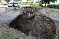 Velká havárie kanalizační stoky poblíž vsetínské základní školy na Trávníkách 22. července 2019 si vyžádala rozsáhlé výkopové práce a uzavření části ulice Jiráskova pro veškerou dopravu.